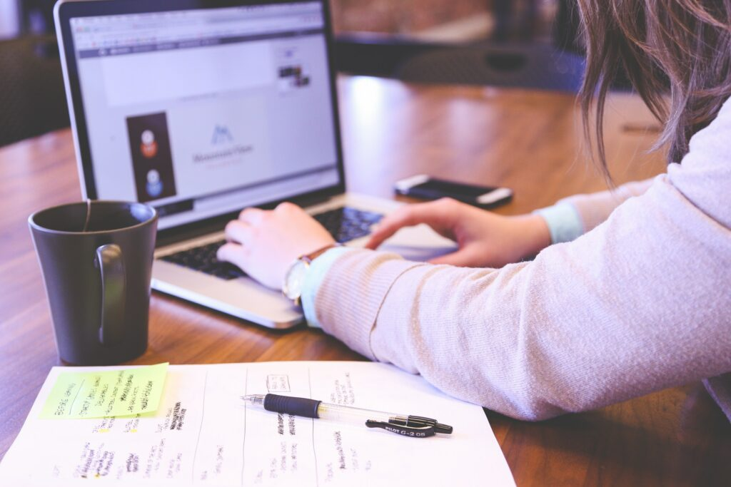 person som sitter vid en laptop